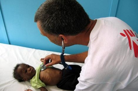 Un facultativo de Médicos Sin Fronteras tratando a un niño enfermo de sida en Zimbabue.