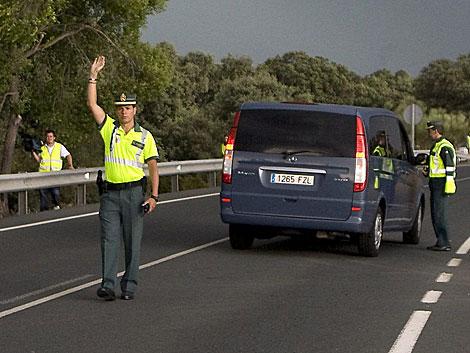 Agentes de la Guardia Civil en una carretera de Sevilla.   Efe