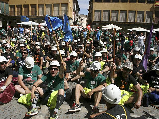 Los mineros de la Marcha Negra, en la Plaza Mayor de Tordesillas. | Inés Morencia / Efe
