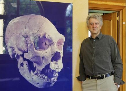 El investigador Juan Luis Arsuaga en su despacho. | José Aymá