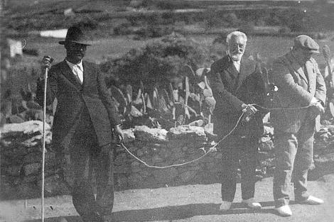 Los escritores en el destierro del escritor en Fuerteventura, atados y conducidos por un pastor.| Casa Museo Unamuno