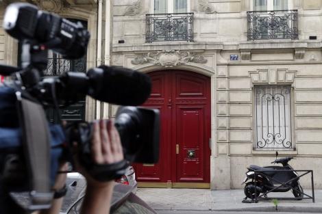 Un periodista graba la entrada de las oficinas de Sarkozy hoy. | Afp