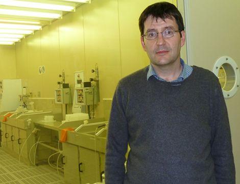 Prof. Francesc Pérez-Murano frente a la sala blanca del IMB-CNM-CSIC.