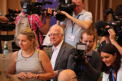 El físico británico Peter Higgs, en el centro de la imagen, hoy en Ginebra. | CERN