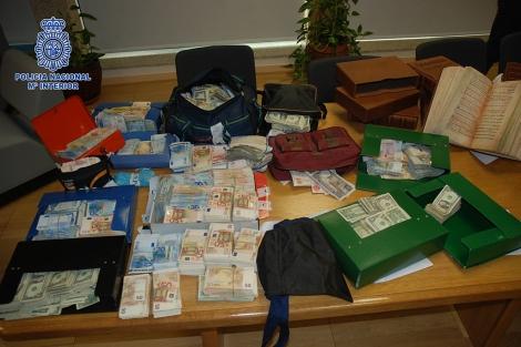 Dinero y fascímiles requisados al detenido. | Policía Nacional
