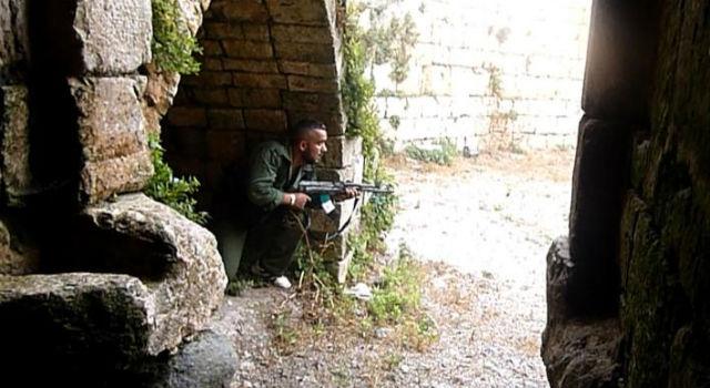 Un rebelde toma posiciones en el Crack de los Caballeros, cerca del pueblo de Azzara. | Afp