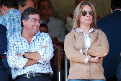Enrique Ortiz, junto a la alcaldesa de Alicante en el palco del Rico Pérez. | Ernesto Caparrós