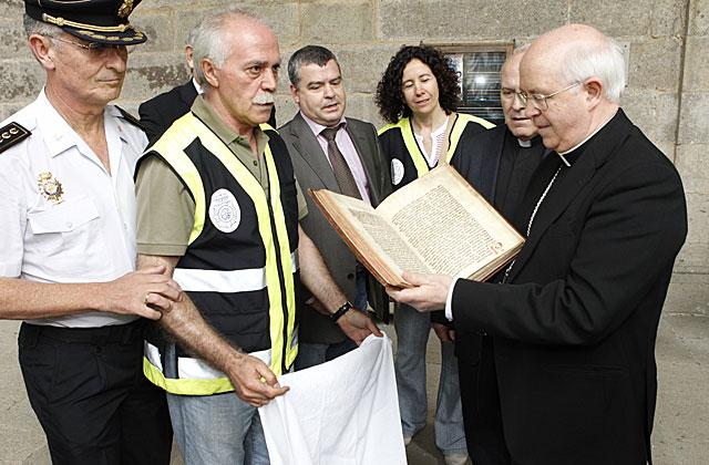 La Policía entrega el Códice al arzobispo de Compostela, Julián Barrio, tras recuperarlo del garaje. | ECG