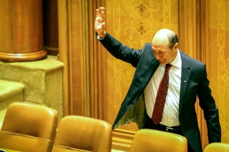 Traian Basescu se despide de los miembros del Parlamento, este viernes.   Afp