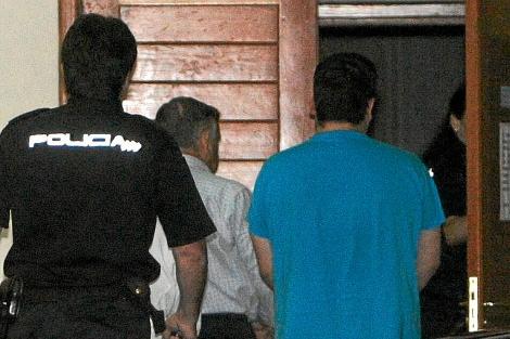 El electricista Manuel Fernández Castiñeiras y su hijo entran a los juzgados para declarar. | Efe