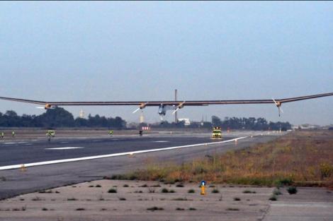 El 'Solar Impulse' despegando del aeropuerto de Rabat. | Afp