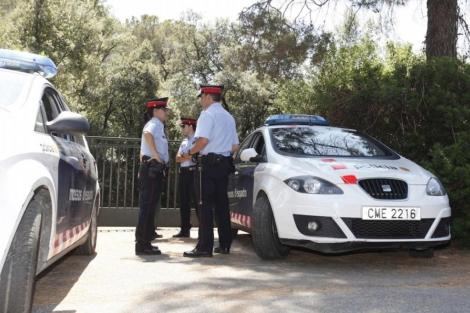 Mossos a las puertas del domicilio de Millet en l'Ametlla. | Xavier Solanas