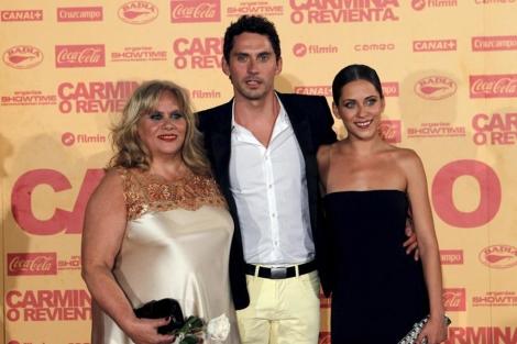 Paco León con su madre y su hermana en el estreno de 'Carmina o revienta'. | Kote Rodrigo