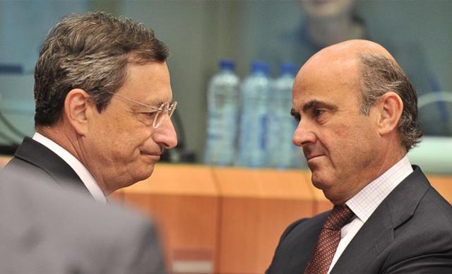 El presidente del BCE, Mario Draghi, conversa con Luis de Guindos. | Afp