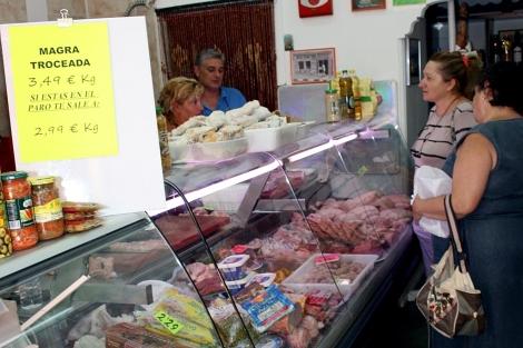 Eduardo y María del Carmen atienden su carnicería. | M.C.