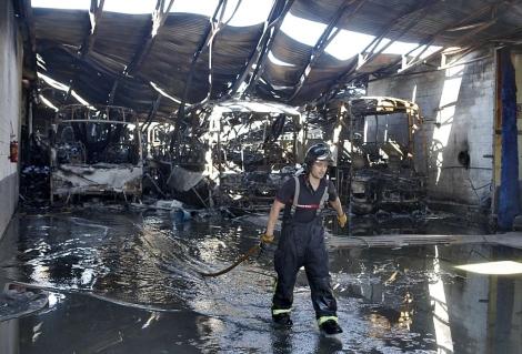 Un bombero en la nave calcinada por el fuego. | Conchitina