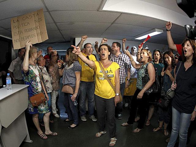 Un grupo de funcionarios protesta en la Secretaría de Estado de Administraciones Públicas.   Efe