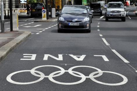 Un taxi circula por un carril especial para los Juegos Olímpicos de Londres.   Efe