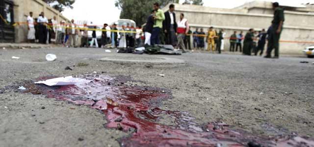 El cordón policial en el lugar de la explosión en Sanaa.   Reuters