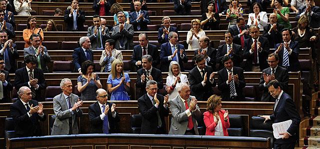 Rajoy, ovacionado al llegar a su escaño tras su primera intervención.   Bernardo Díaz