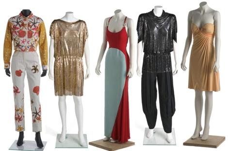 Algunos de los modelos de Versace que se pueden ver en la exposición. | Museo del traje
