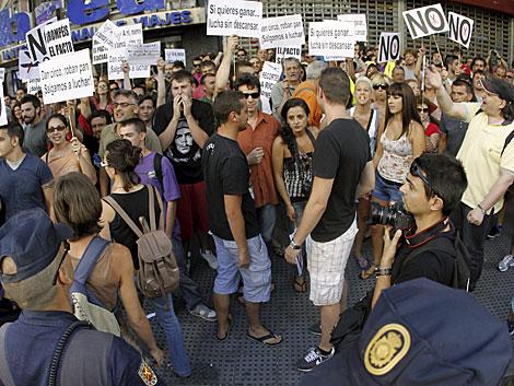Manifestantes en la calle Génova, en Madrid, frente a la sede del PP. | Efe