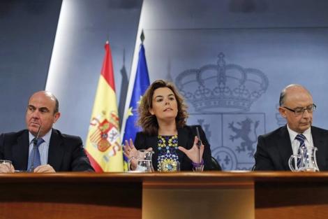 De Guindos, Santamaría y Montoro tras el Consejo de Ministros. | Reuters