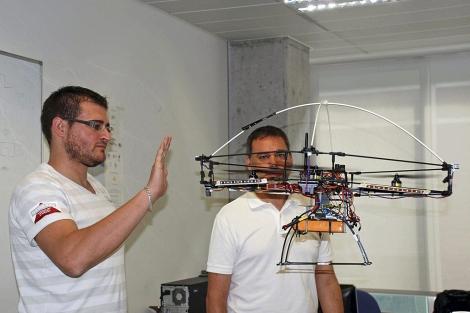 Dos investigadores con el 'cuatricóptero' de la UPV. | Efe