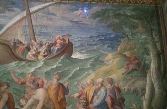 Encima de la barca, el agujero realizado en la pared para que entrase un rayo de sol y realizar las mediciones. | Foto: I.H.V.