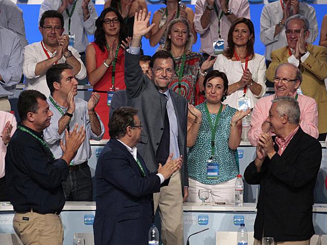 Rajoy, durante la larga ovación que le dedicaron sus compañeros de partido. | El Mundo