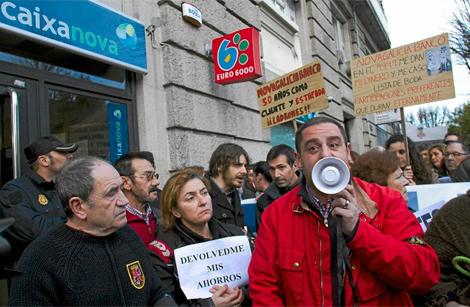 Protesta en la puerta de una sede de Novagalicia Banco.   EL MUNDO