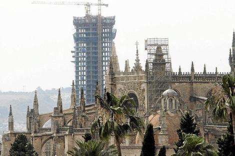 La Torre Pelli, al fondo. En primer plano, la Catedral. | Carlos Márquez