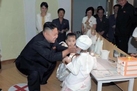 La joven, al fondo, acompaña a Kim Jong-un en una visita oficial.   Afp