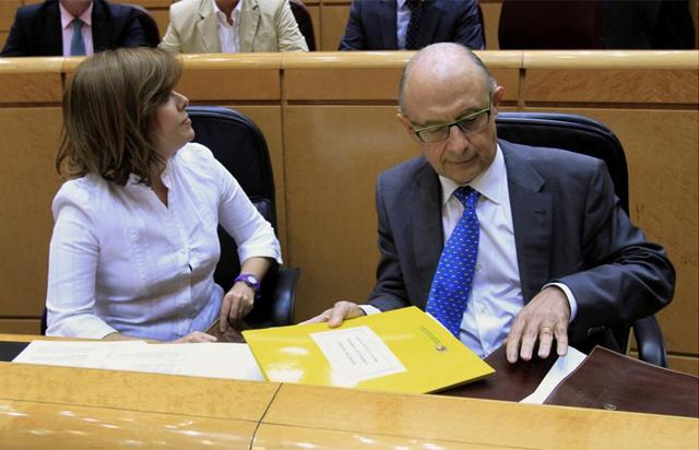 La vicepresidenta del Gobierno, Soraya Sáenz de Santamaría, y el ministro de Hacienda y Admistraciones Públicas, Cristóbal Montoro. | Efe