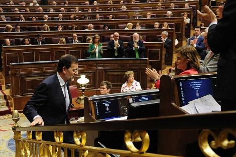 La bancada 'popular' aplaude la intervención de Rajoy, el pasado miércoles. | Bernardo Díaz