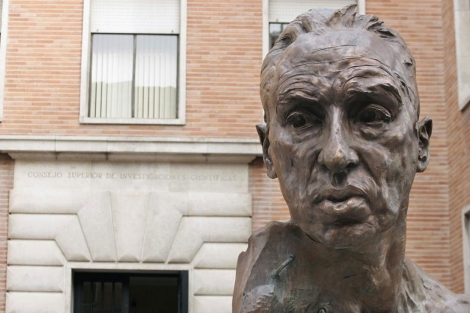 Estatua de Severo Ochoa a la entrada de la sede del CSIC. | Diego Sinova.