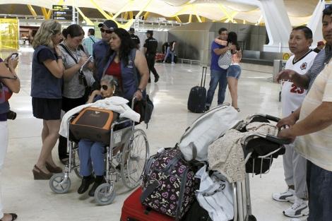 Pasajeros en el aeropuerto de Barajas. | Efe