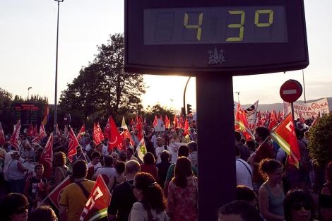 La protesta en Córdoba contra los recortes, bajo un intenso calor.   M. Cubero