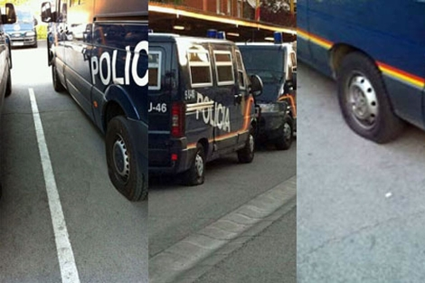 Imagen de los vehículos antidisturbios afectados por el sabotaje.