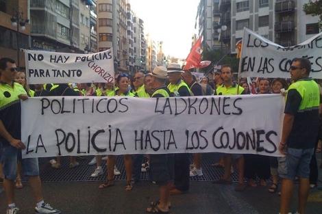 Agentes de Policía lideran la marcha de Valencia. | B. Pajares