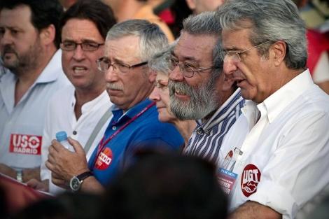 Cándido Méndez, con otros representantes sindicales en la manifestación. | Efe