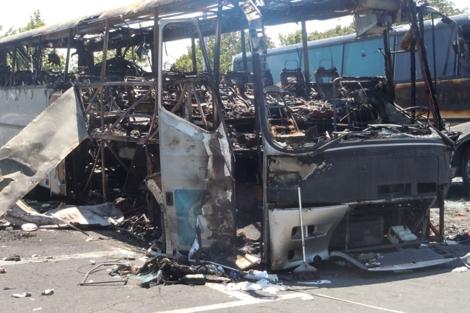 Estado en el que quedó el autobús tras el atentado en Bulgaria. | Afp