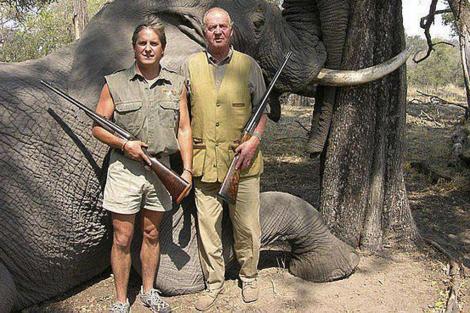 El Rey y un cazador profesional, durante un safari en 2006.   Jeff Rann
