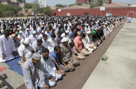 Primer rezo del Ramadá, el viernes en un instituto. | Antonio Moreno
