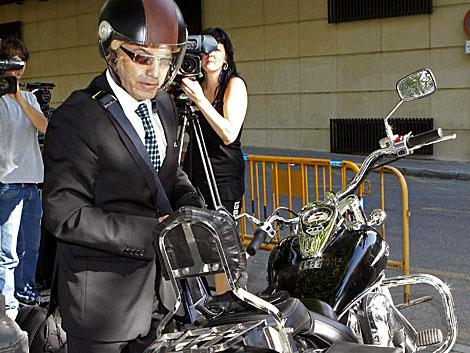 El juez Gómez Bermúdez, al llegar en moto a la Audiencia Nacional. | Á. Díaz / Efe