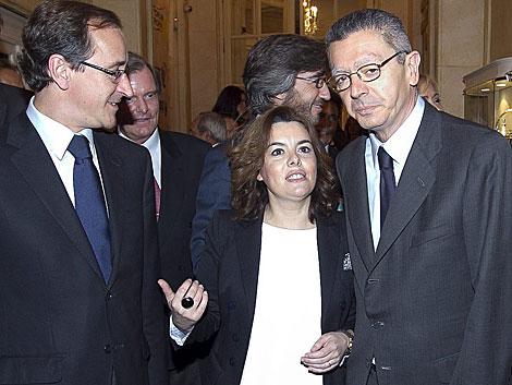 Gallardón, a la derecha, junto a Sáenz de Santamaría y Alonso. | Begoña Rivas