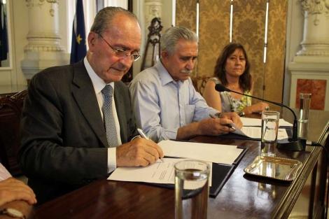 De la Torre con dos miembros de la Asociación por la Memoria Histórica.   C. Díaz