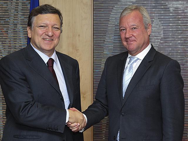 Ramón Luis Valcárcel, a la derecha, saluda al presidente de la Comisión Europea, Durao Barroso. | Efe