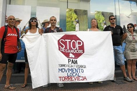 Concentración contra los desahucios en Torrevieja. | Cristóbal Lucas