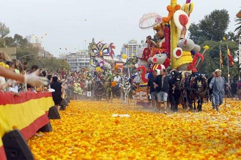 Carrozas avanzan durante la Batalla de Flores de Valencia. | B. Pajares